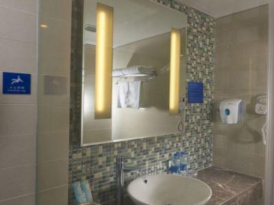 bathroom 1 - hotel holiday inn express hefei downtown - hefei, china