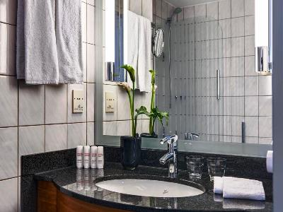 bathroom - hotel radisson blu dortmund - dortmund, germany