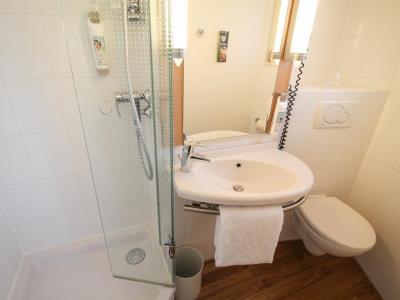 bathroom - hotel ibis duesseldorf city - dusseldorf, germany