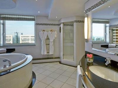 bathroom - hotel hilton dusseldorf - dusseldorf, germany