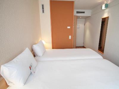 bedroom 1 - hotel ibis dusseldorf hauptbahnhof - dusseldorf, germany