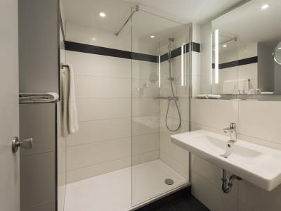 bathroom - hotel mercure duesseldorf sued - dusseldorf, germany