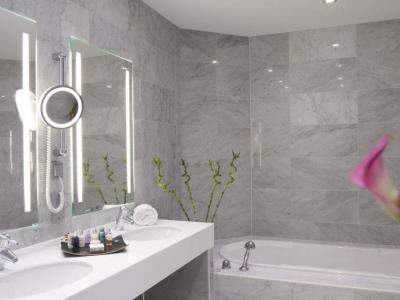 bathroom - hotel nikko dusseldorf - dusseldorf, germany