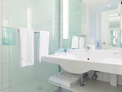 bathroom - hotel novotel frankfurt city - frankfurt, germany