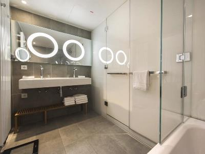 bathroom - hotel scandic frankfurt museumsufer - frankfurt, germany