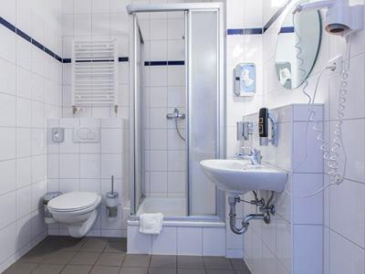 bathroom - hotel a and o frankfurt galluswarte - frankfurt, germany