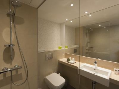 bathroom - hotel holiday inn frankfurt airport - frankfurt, germany