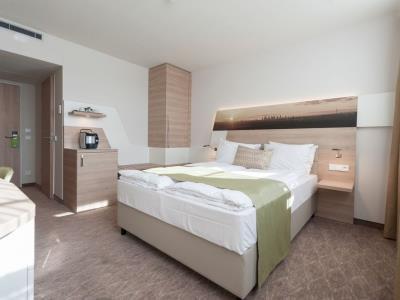 bedroom 1 - hotel holiday inn frankfurt airport - frankfurt, germany