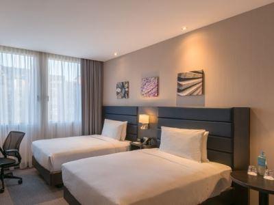 bedroom 1 - hotel hilton garden inn frankfurt city centre - frankfurt, germany