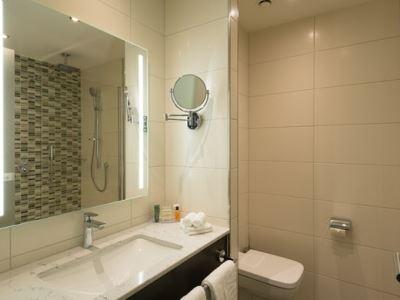 bathroom - hotel hilton garden inn frankfurt city centre - frankfurt, germany