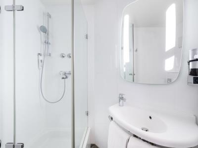 bathroom - hotel ibis frankfurt centrum - frankfurt, germany