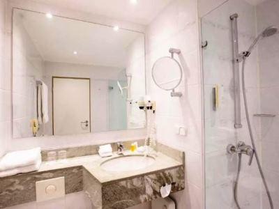 bathroom - hotel crowne plaza frankfurt congress hotel - frankfurt, germany