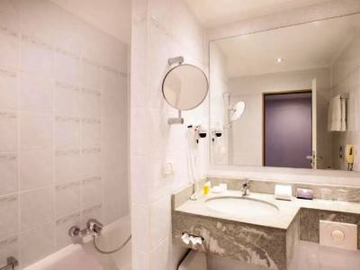 bathroom 1 - hotel crowne plaza frankfurt congress hotel - frankfurt, germany