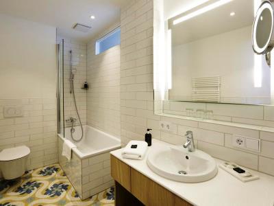 bathroom 1 - hotel hirsch - fussen, germany