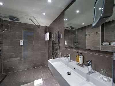 bathroom 1 - hotel wyndham airport messe - stuttgart, germany