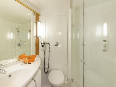 bathroom - hotel ibis stuttgart airport messe - stuttgart, germany