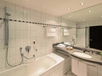 bathroom 2 - hotel mercure trier porta nigra - trier, germany
