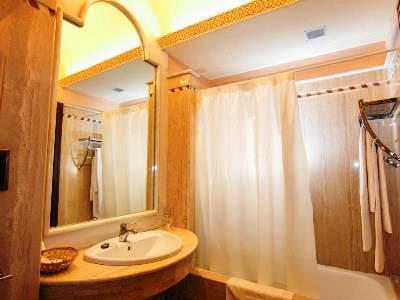bathroom 1 - hotel abades guadix - guadix, spain