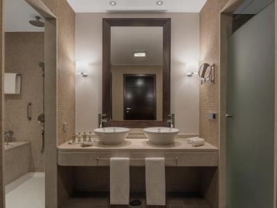 bathroom - hotel doubletree by hilton la torre golf spa - roldan, spain