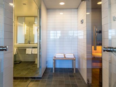 bathroom - hotel hilton helsinki - vantaa airport - vantaa, finland