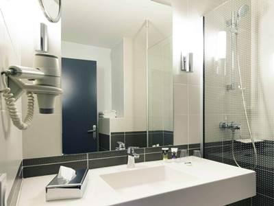 bathroom 1 - hotel mercure charpennes - lyon, france