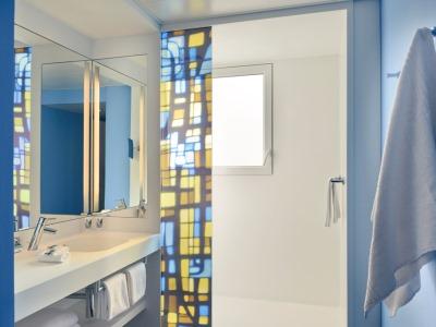 bathroom - hotel mercure centre notre dame - nice, france