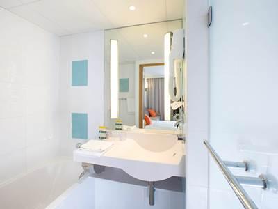 bathroom - hotel novotel reims tinqueux - reims, france