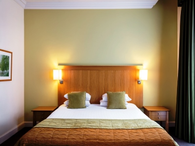 bedroom 1 - hotel mercure warks walton hall - walton-warwickshire, united kingdom