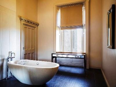 bathroom - hotel mercure warks walton hall - walton-warwickshire, united kingdom