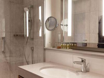 bathroom - hotel doubletree by hilton oxford belfry - thame, united kingdom