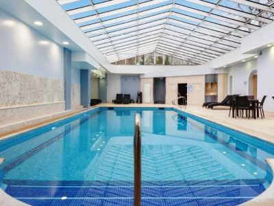 indoor pool - hotel doubletree by hilton oxford belfry - thame, united kingdom