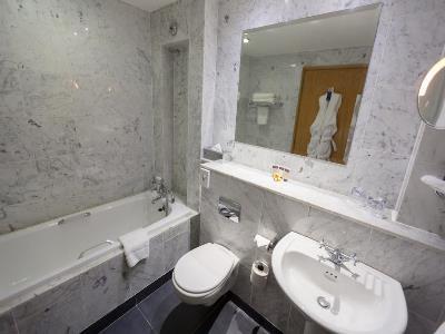 bathroom 1 - hotel europa - belfast-n.irl, united kingdom