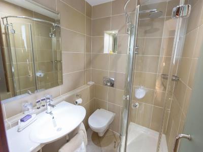 bathroom 2 - hotel europa - belfast-n.irl, united kingdom