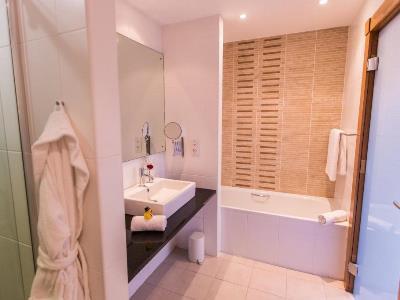 bathroom - hotel stormont - belfast-n.irl, united kingdom