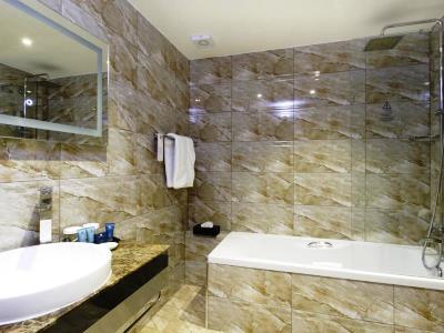 bathroom - hotel ramada birmingham solihull - birmingham, united kingdom