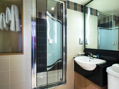 bathroom 2 - hotel ramada birmingham solihull - birmingham, united kingdom