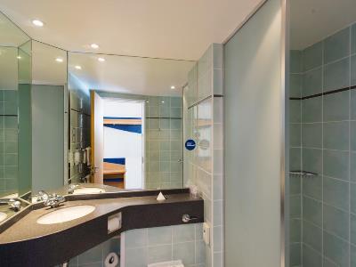 bathroom - hotel holiday inn express bradford city ctr - bradford, united kingdom