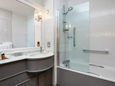 bathroom - hotel doubletree by hilton coventry - coventry, united kingdom