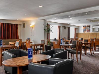 breakfast room 1 - hotel holiday inn express gatwick crawley - crawley, united kingdom