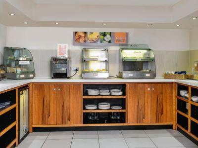 breakfast room - hotel holiday inn express gatwick crawley - crawley, united kingdom