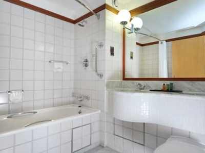 bathroom - hotel hilton london croydon - croydon, united kingdom