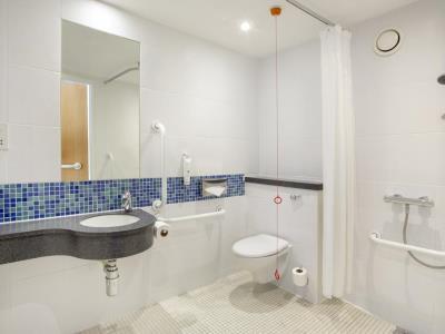 bathroom - hotel holiday inn exp edinburgh city ctr - edinburgh, united kingdom