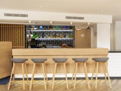 bar - hotel holiday inn exp edinburgh city ctr - edinburgh, united kingdom
