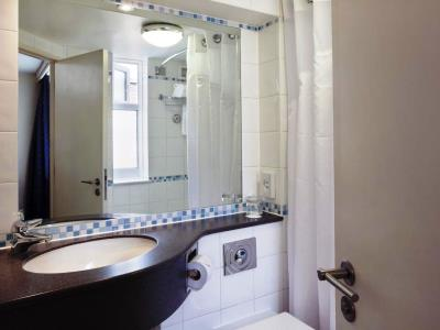 bathroom - hotel holiday inn edinburgh - edinburgh, united kingdom