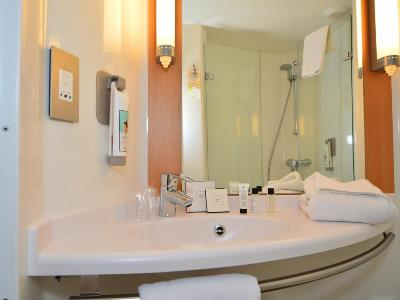 bathroom - hotel ibis centre south bridge - edinburgh, united kingdom