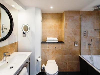 bathroom - hotel crowne plaza glasgow - glasgow, united kingdom