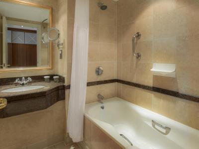 bathroom - hotel hilton glasgow - glasgow, united kingdom