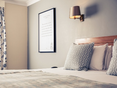 bedroom 1 - hotel mercure gloucester bowden hall - gloucester, united kingdom