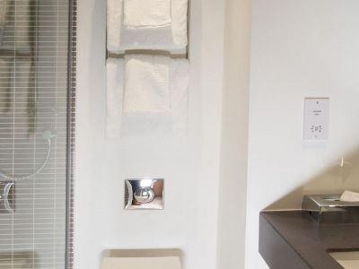 bathroom - hotel holiday inn leeds garforth - leeds, united kingdom