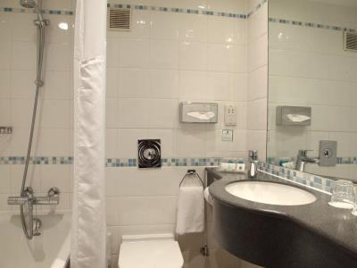 bathroom - hotel holiday inn london - regent's park - london, united kingdom